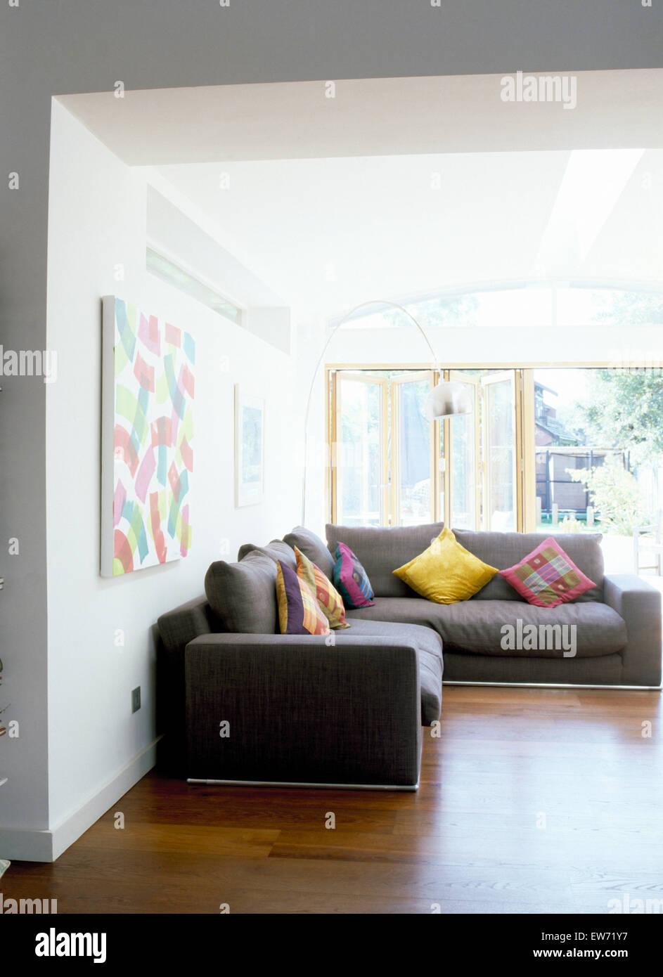Bunte Kissen Auf Graue Eckige Sofas Im Modernen Wohnzimmer Mit