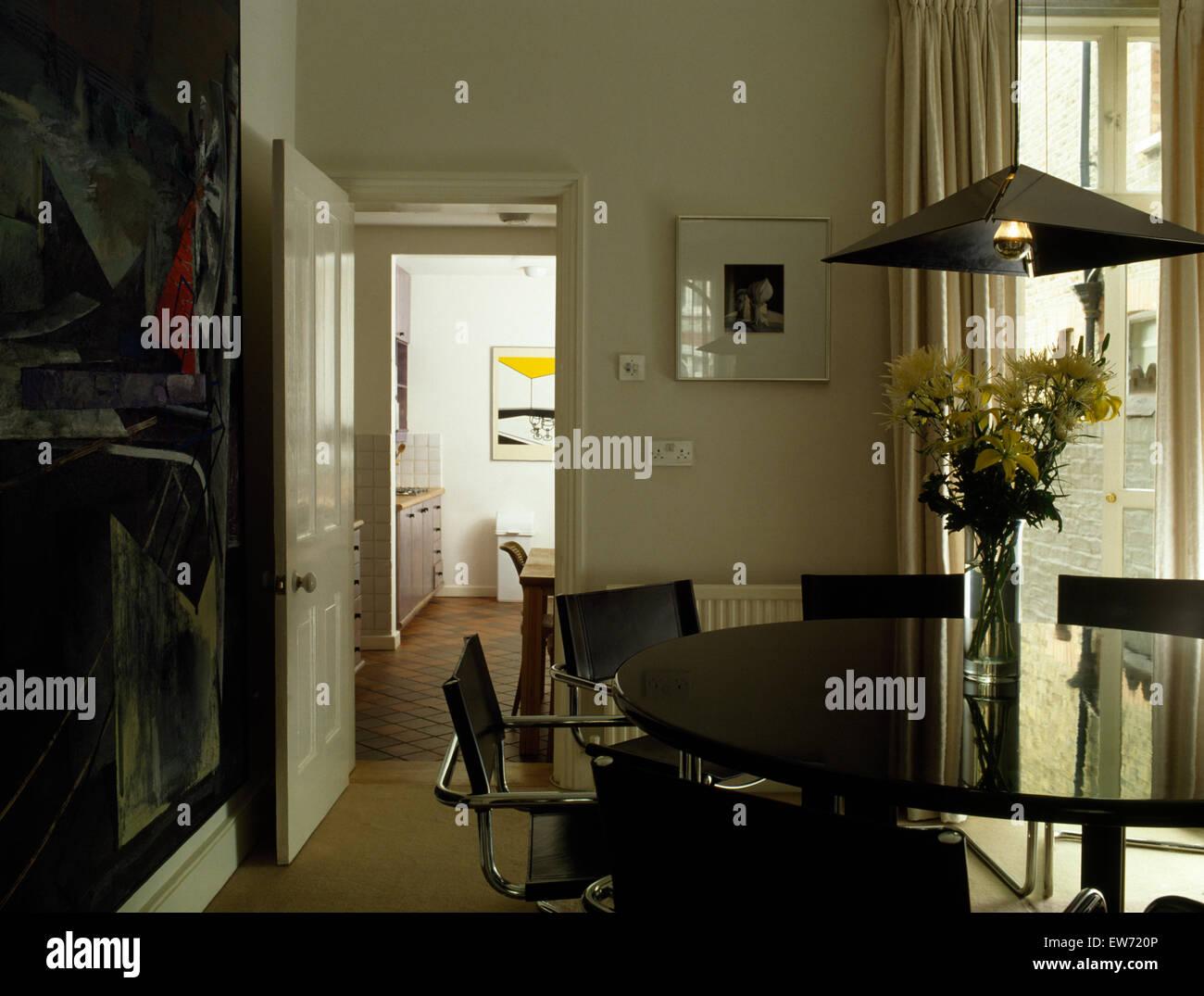 Leder + Chrom freitragend, Stühle und schwarzem Glas runden Tisch im ...