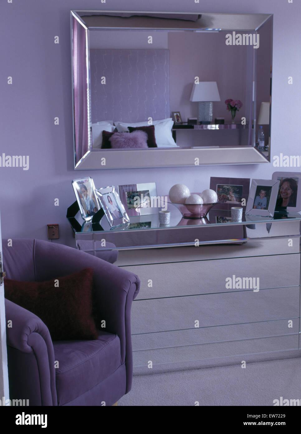 Waschtisch Spiegel oben montiert in modernen Schlafzimmer mit lila ...