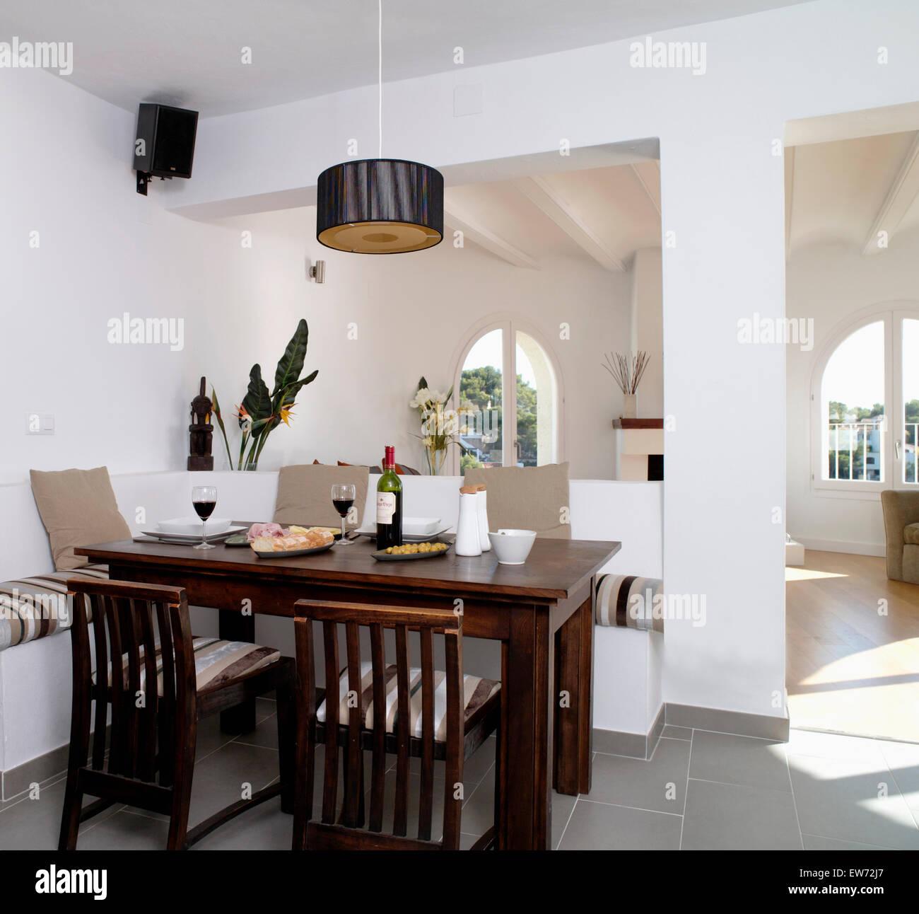 Dunklen Holztisch und Stühle im modernen offenen Küsten Speisesaal ...
