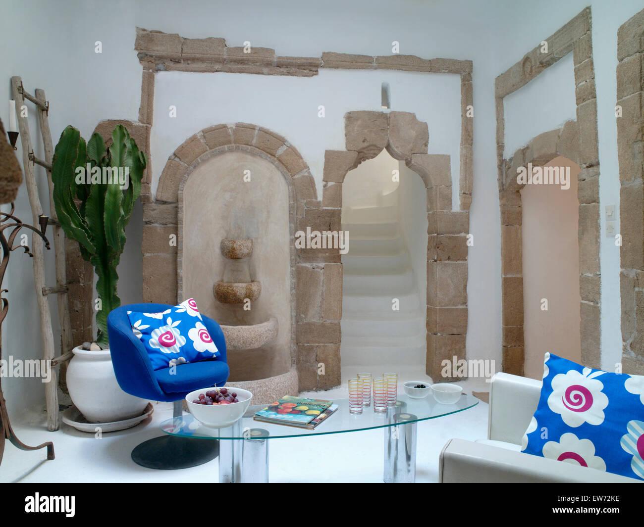 Bunten Blauen Kissen Auf Blauen Und Weißen Stühlen In Moderne Marokkanische  Wohnzimmer Mit Couchtisch Stockbild