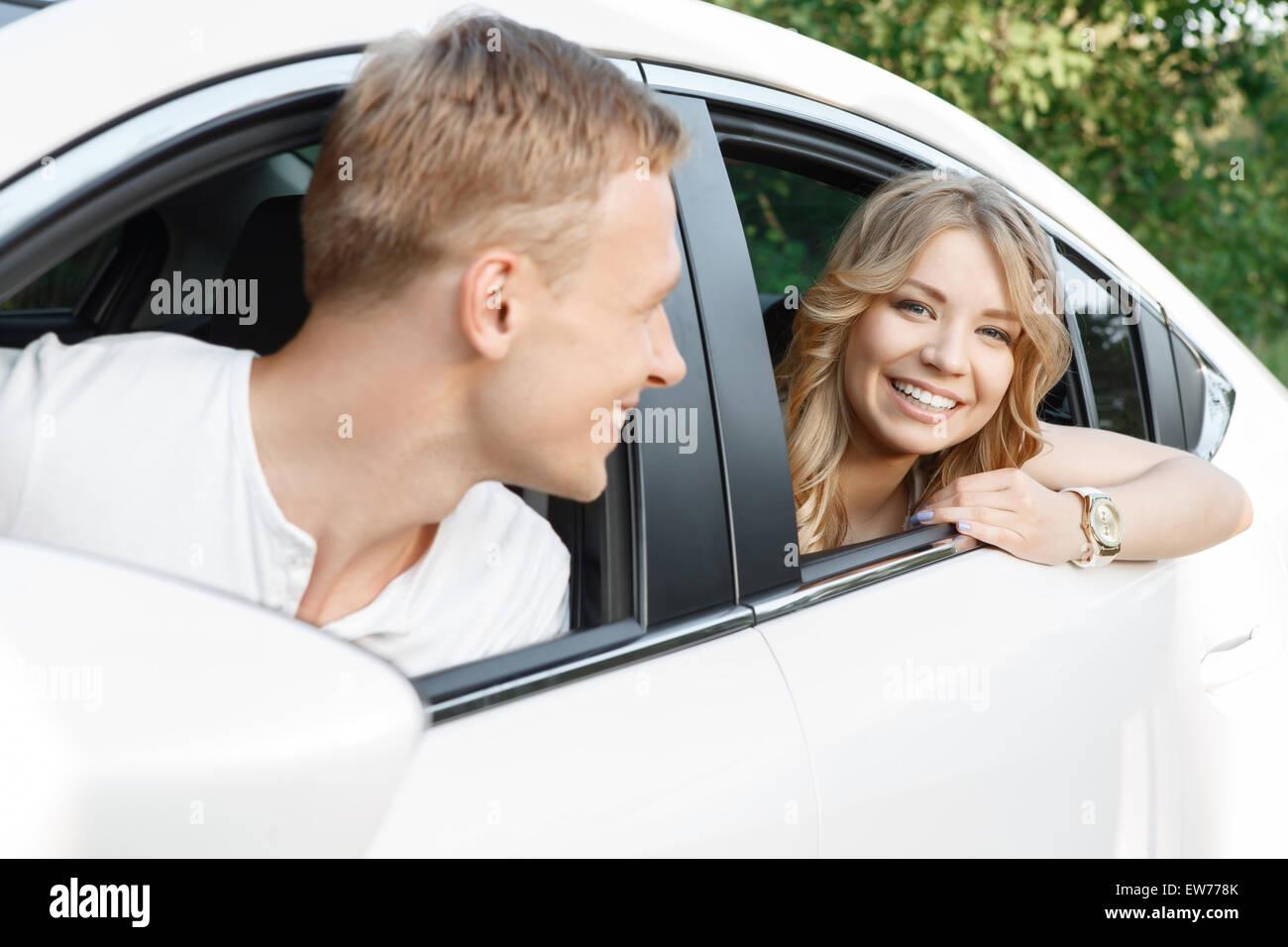 Junges Paar im Auto Stockbild