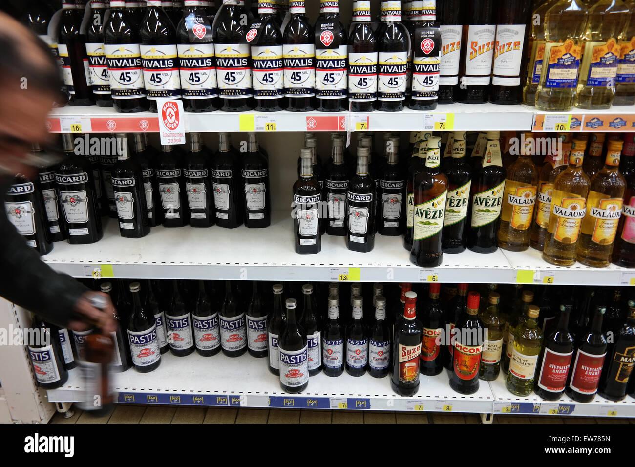 Gang der französischen alkoholische Getränke in einem Supermarkt ...