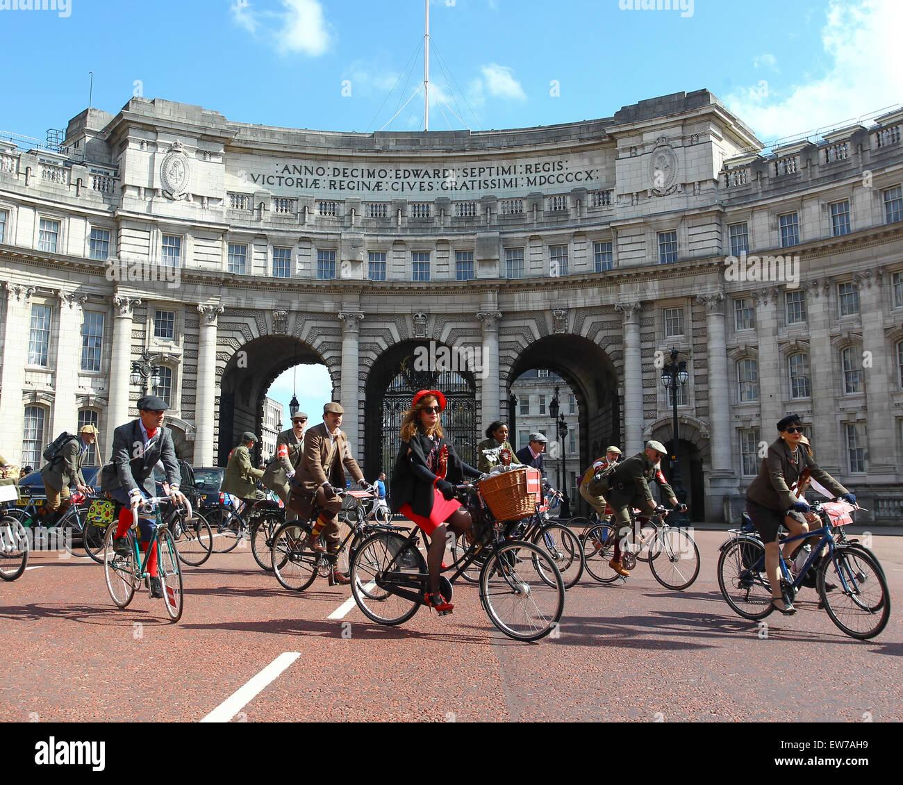 Tweed Run London, ein Fahrrad-Veranstaltung, wo die Teilnehmer fahren Oldtimer und Tweed Kleidung tragen.  Mitwirkende: Stockbild