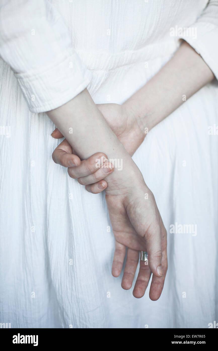 Rückansicht der Frau, die Hände hinter dem Rücken Stockbild