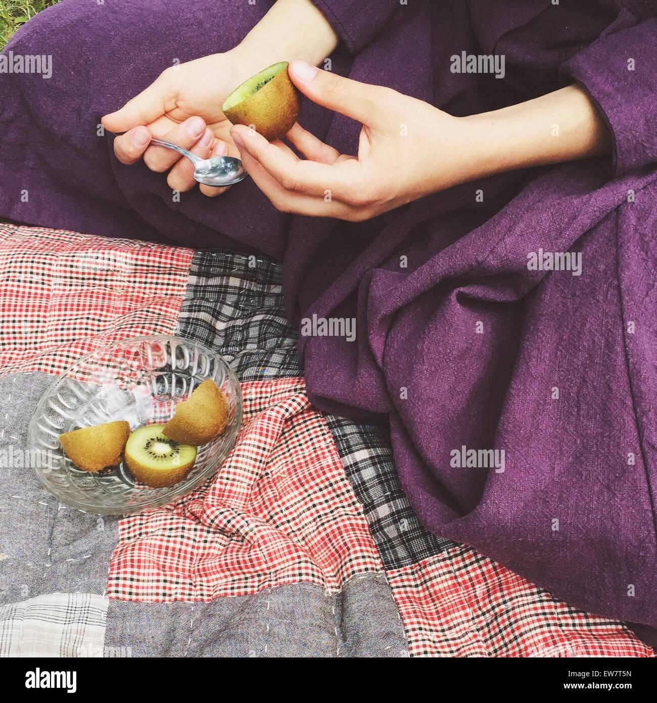 Nahaufnahme einer Frau eine Kiwi essen Stockbild