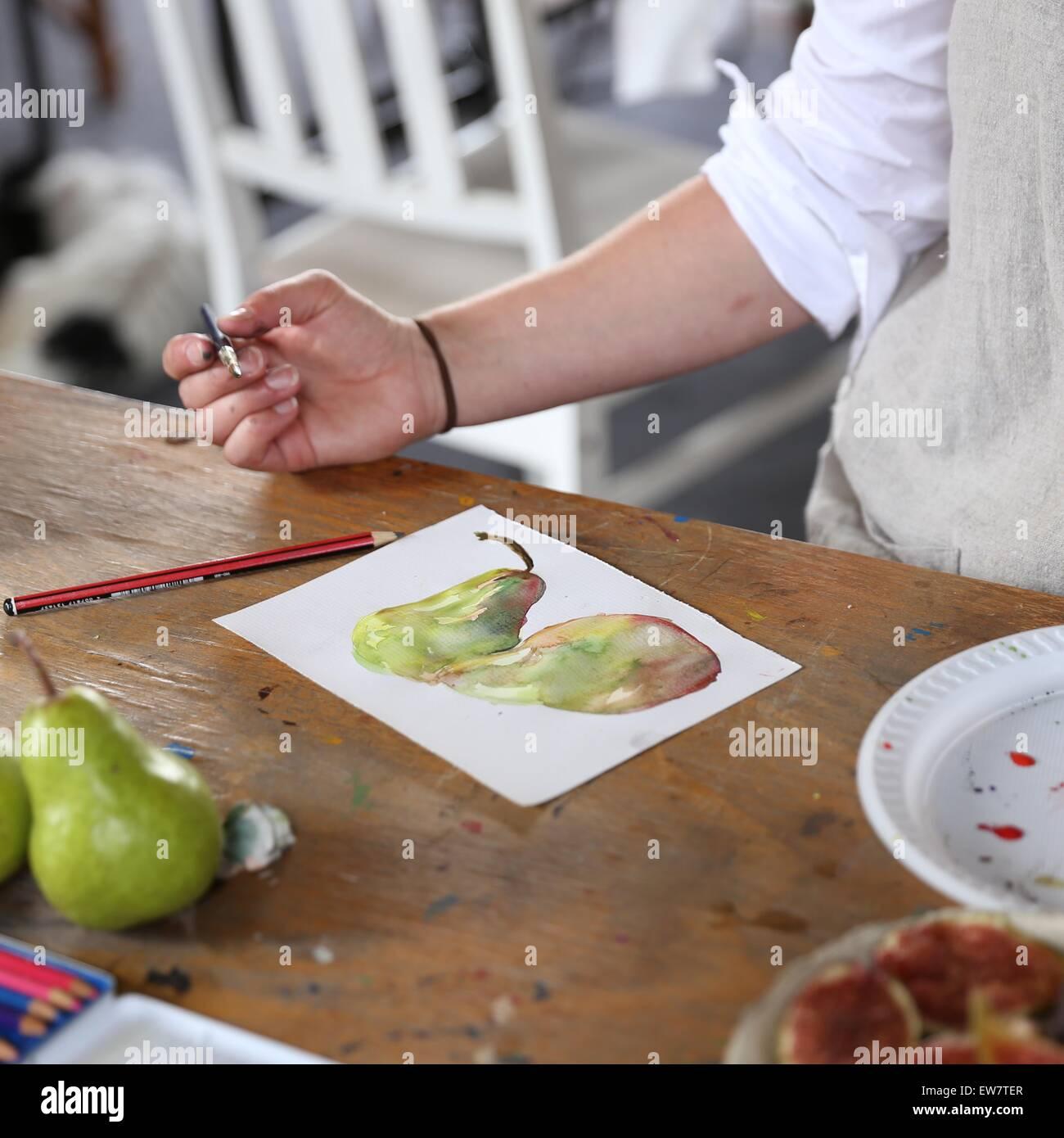 Frau malen mit Wasserfarben Stockbild