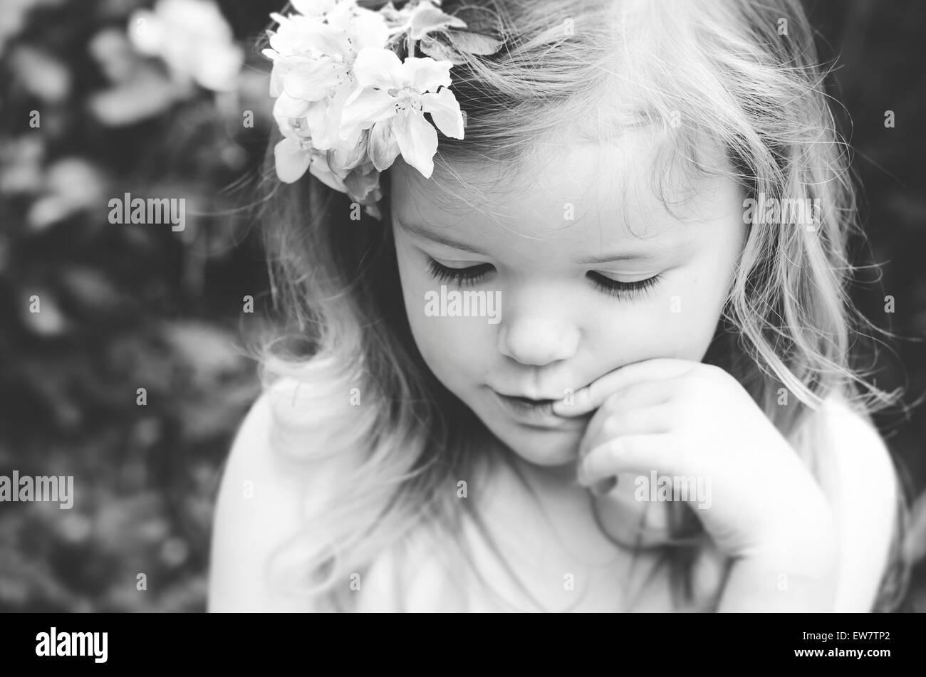 Porträt eines Mädchens mit Blumen im Haar Stockbild