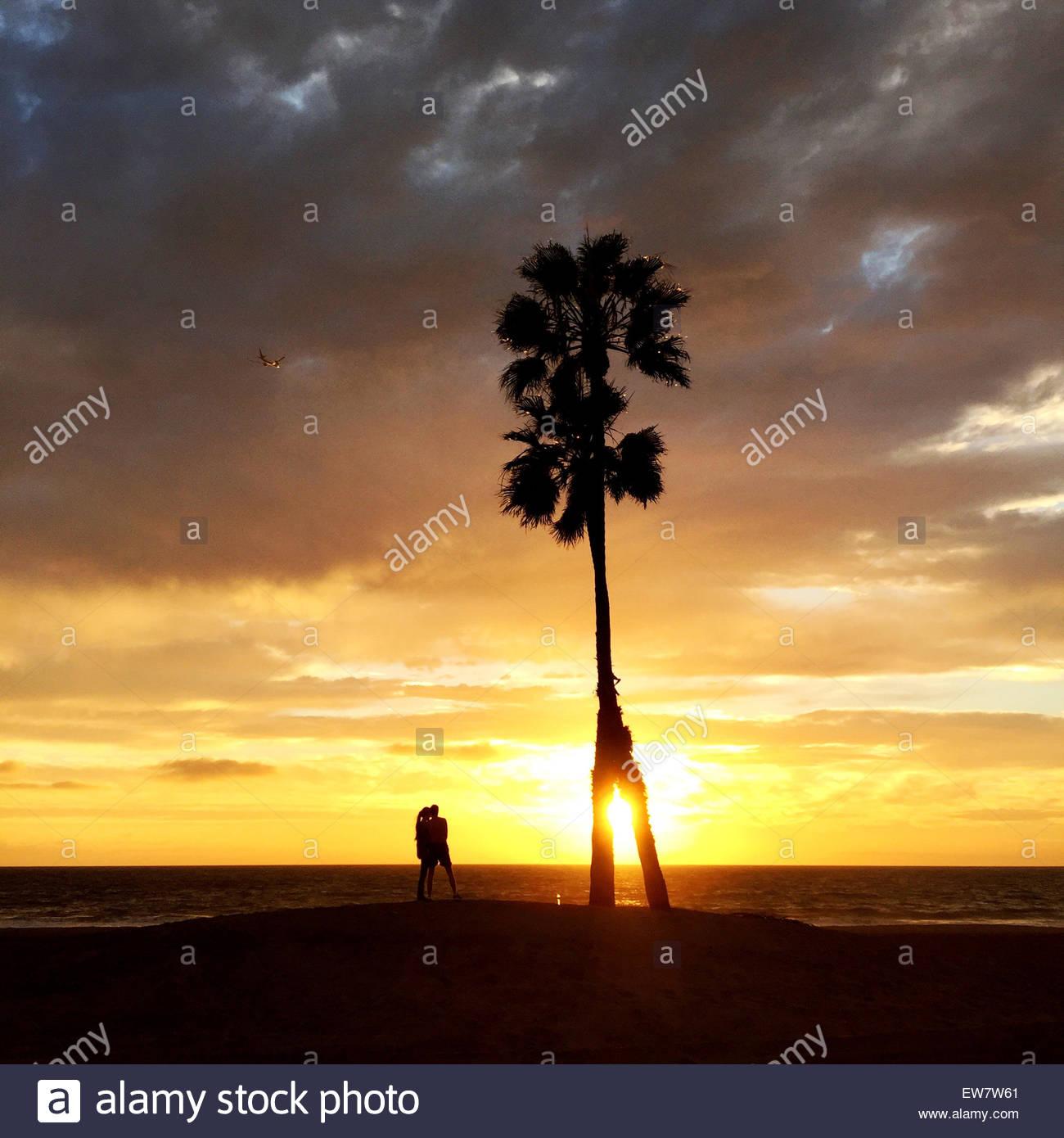 Silhouette von ein paar stehen am Strand bei Sonnenuntergang, Playa del Ray, Los Angeles, LA, Kalifornien, USA Stockbild