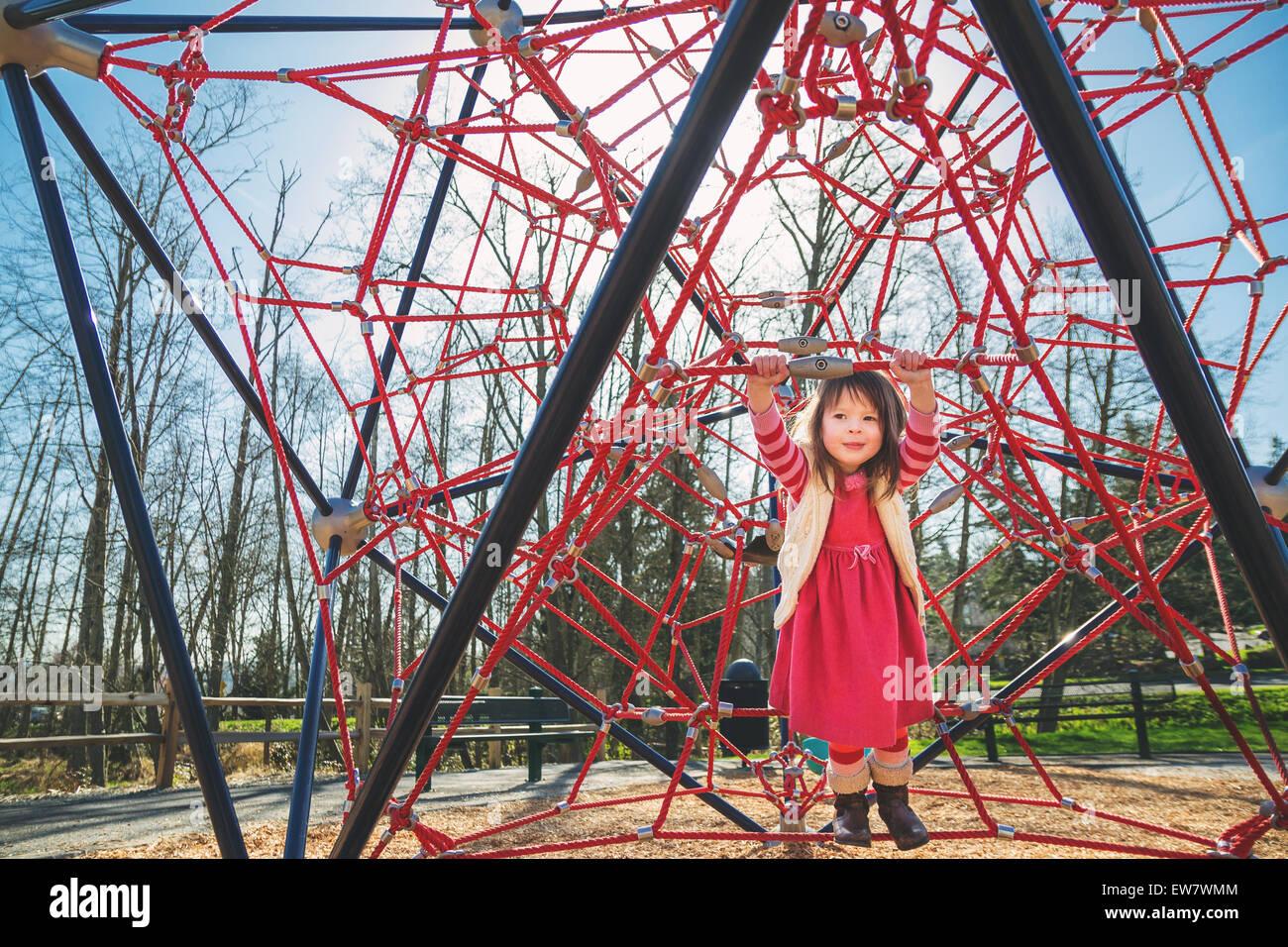 Klettergerüst Aus Seilen : Mädchen spielen auf einem roten klettergerüst stockfoto bild