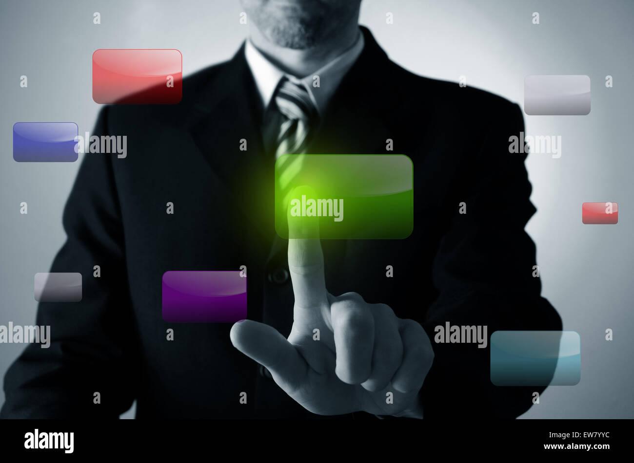 Business-Mann einen grünen Knopf auf einem touchscreen Stockfoto
