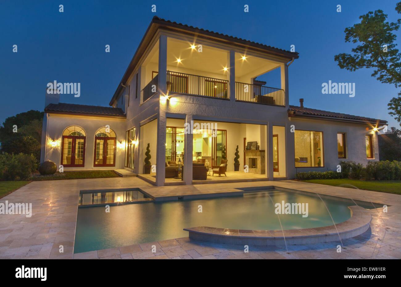 sch nes haus mit pool in der nacht in bay hill windermere. Black Bedroom Furniture Sets. Home Design Ideas
