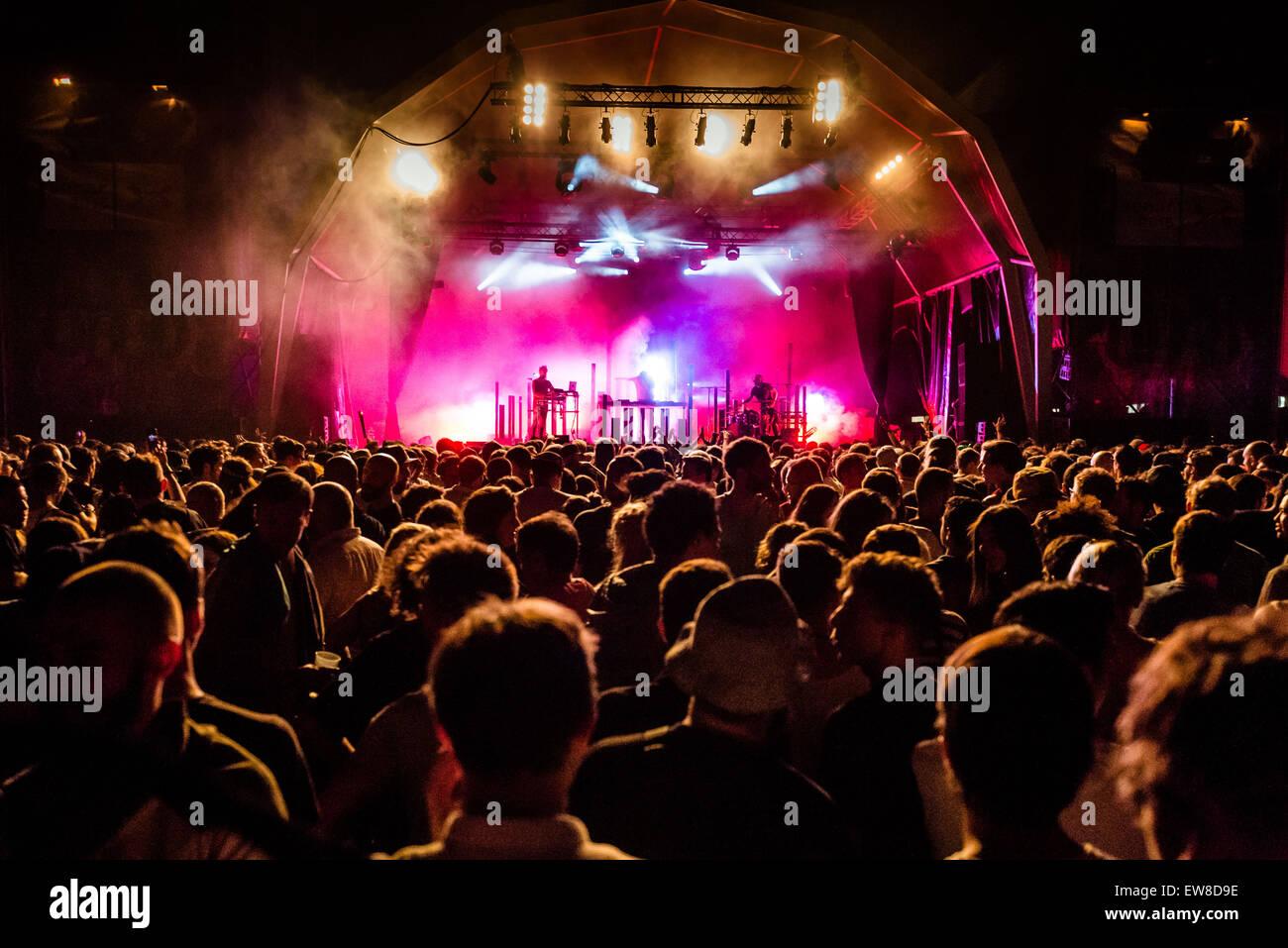 """Barcelona, Katalonien, Spanien. 20. Juni 2015. Festivalbesucher bewegen zur Musik von """"Hudson Mohawke"""" Stockbild"""