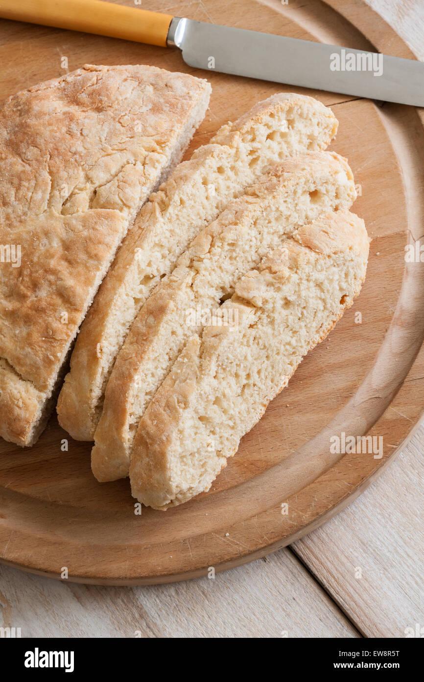 Dämpfer oder ein traditionelles Fadge bezeichnet keine Hefe schnelles Brot oft Notfall Brot Mehl Milch und Stockbild