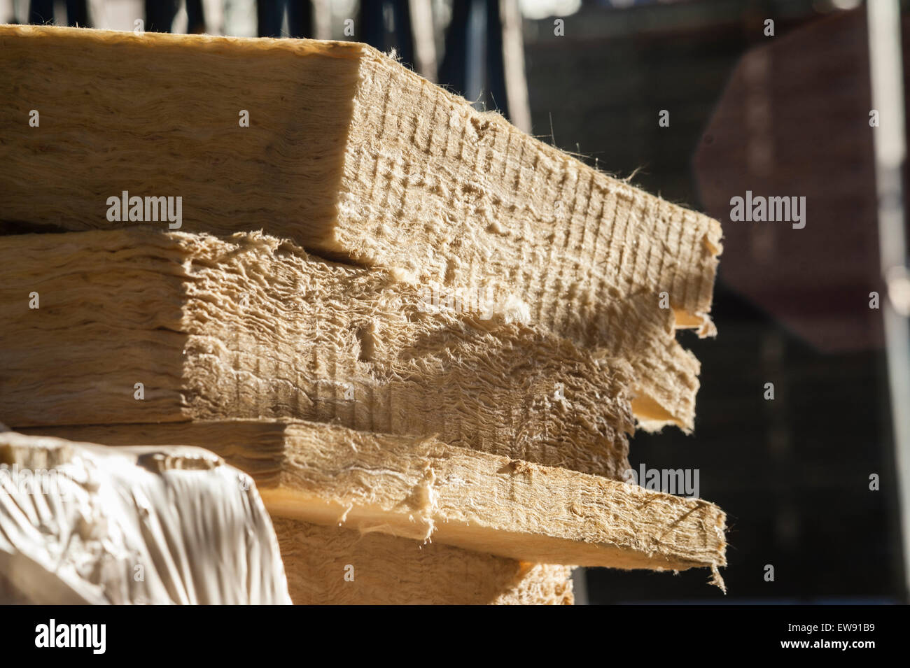 Stapel von Mineralwolle (Steinwolle) Energie Gebäudeisolierung gespeichert auf einer Baustelle Stockbild