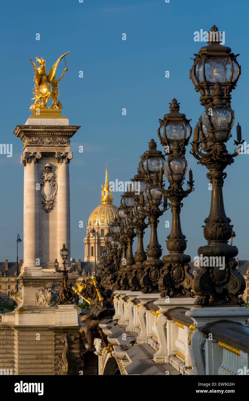Die reich verzierten Pont Alexandre III mit Hotel Les Invalides über Paris, Frankreich Stockbild