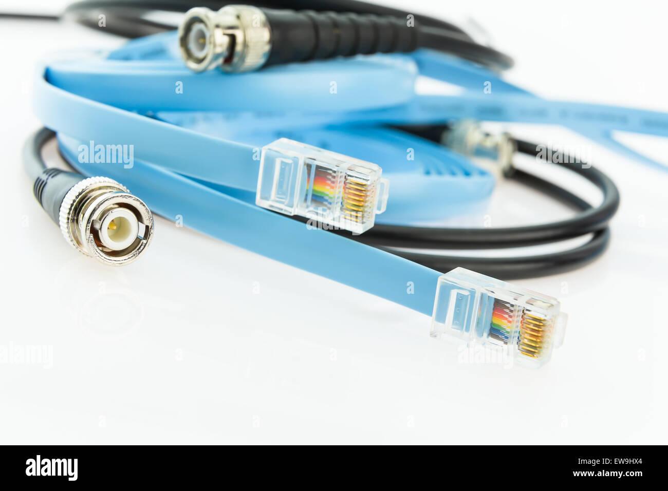zwei flache Kabel RJ45 und alte BNC Koaxial Netzwerk Konsolenkabel ...