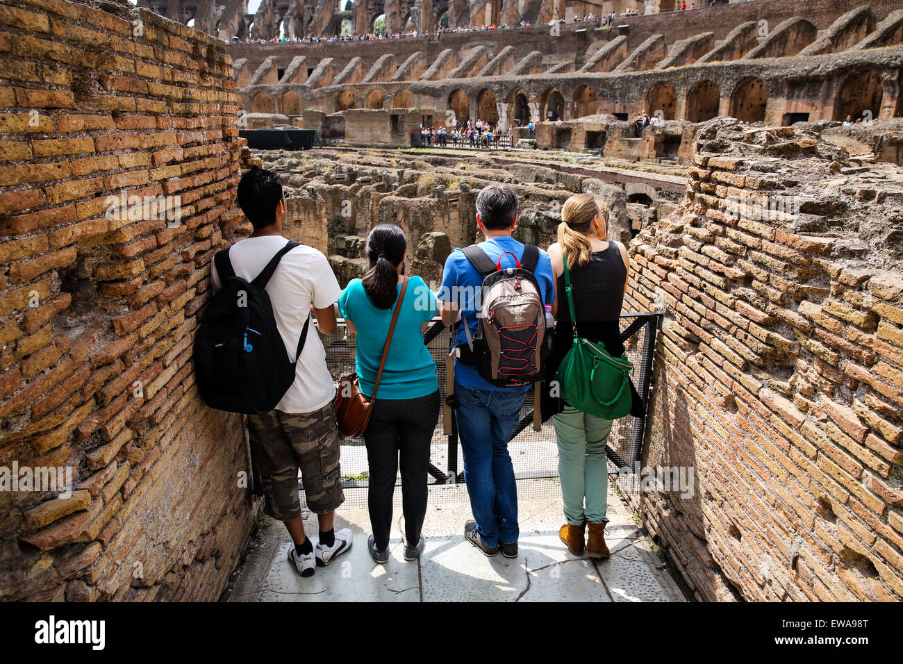Touristen, die das Kolosseum in Rom zu bewundern Stockbild