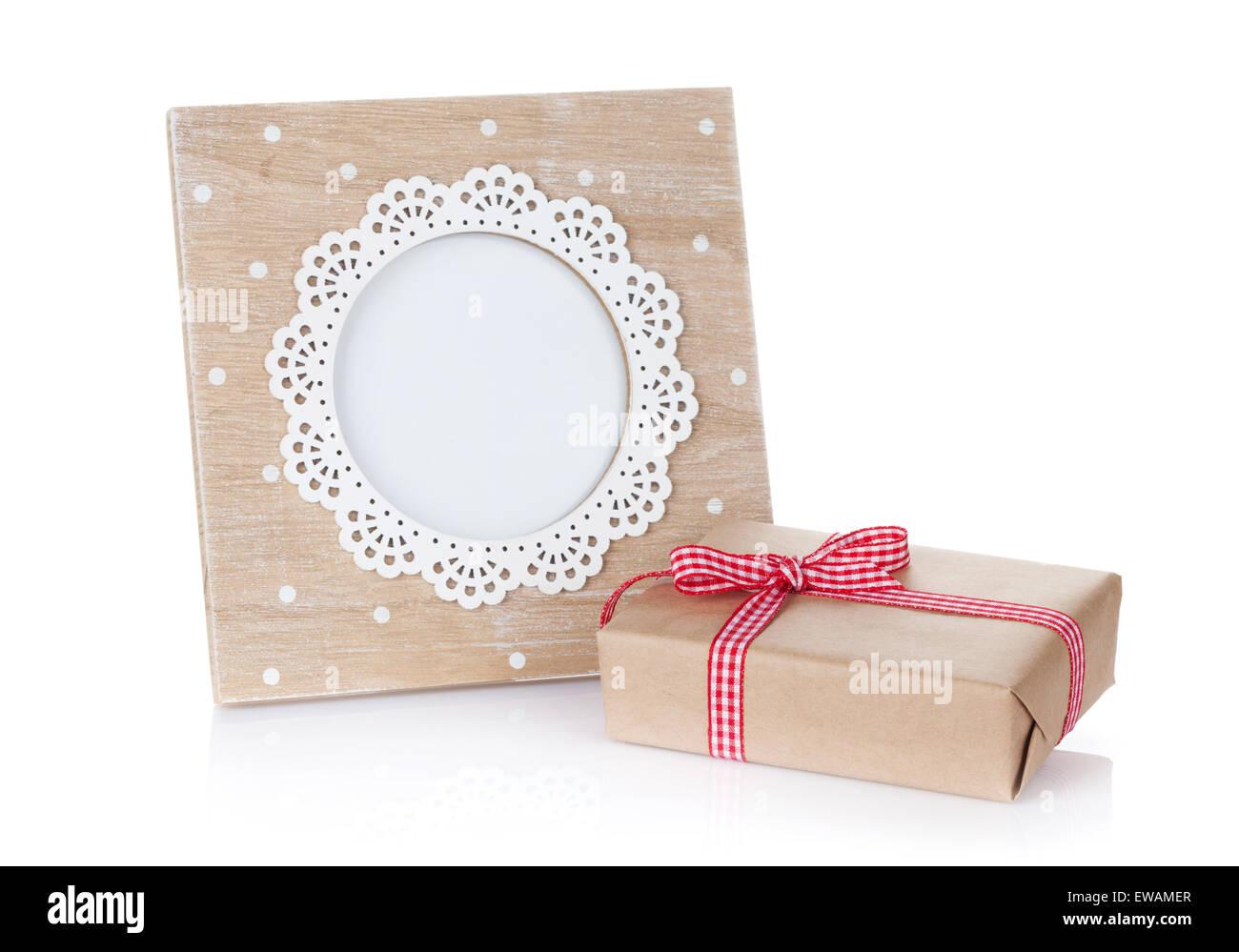 Foto-Rahmen und Geschenk-Box. Isoliert auf weißem Hintergrund ...