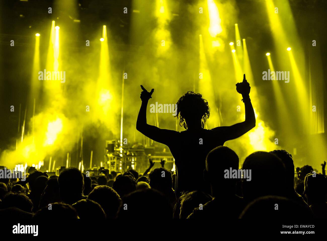 Barcelona, Spanien. 21. Juni 2015. Festivalbesucher bewegen zur Musik der britischen elektronische Tanz-Musik-Duo Stockbild