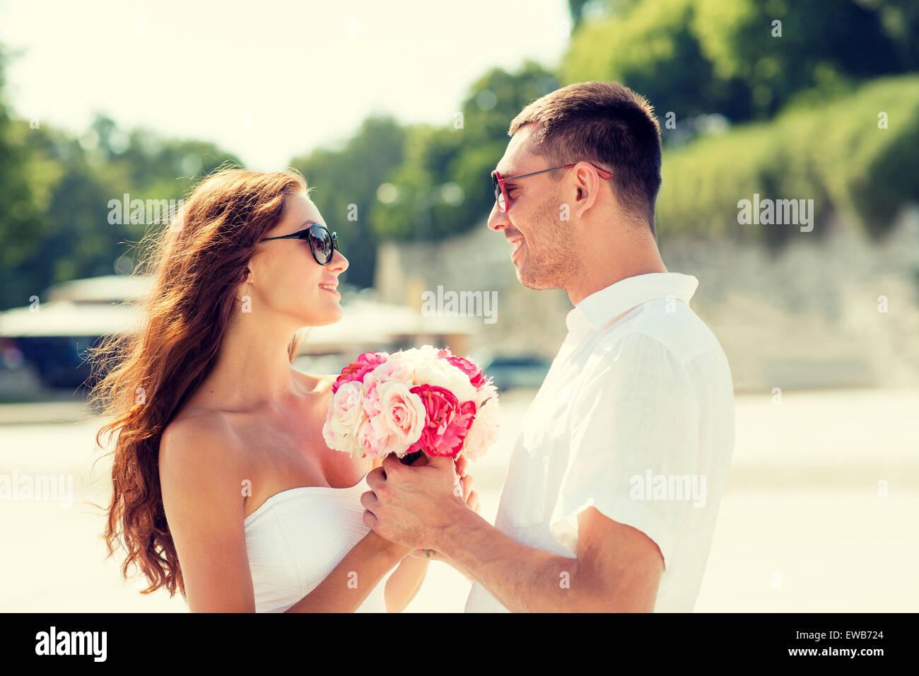 lächelnde paar in der Stadt Stockbild