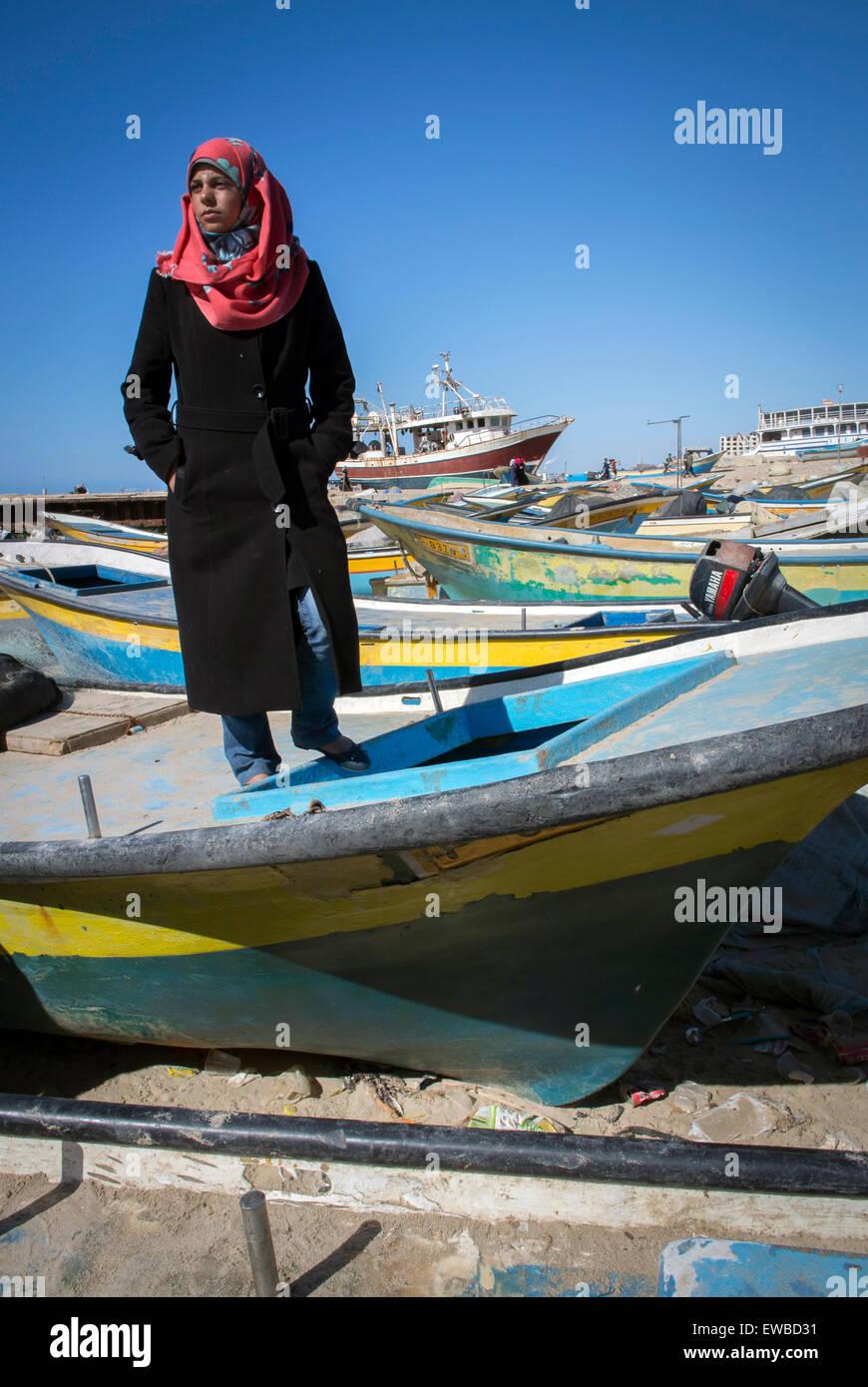 Der Gaza-Streifen steht nur Fischer 21 Jahr alt Madeline Kollab auf ihrem beschädigten Fischerboot im Hafen Stockbild