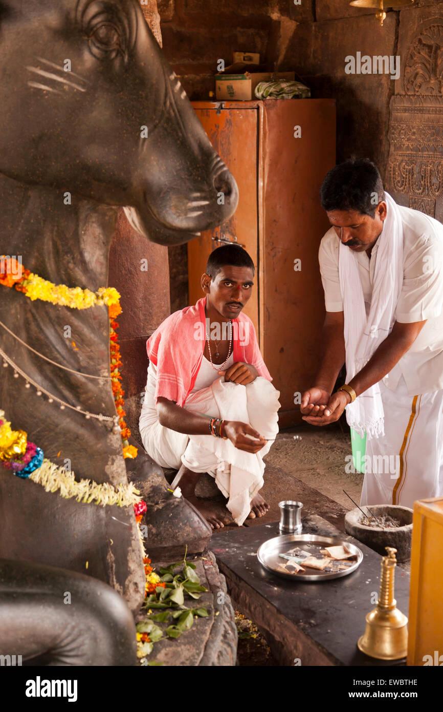 Priester Vor der Nandi-Statue Im Virupaksha Tempel aus der Chalukya-Dynastie, UNESCO-Weltkulturerbestätten Stockbild