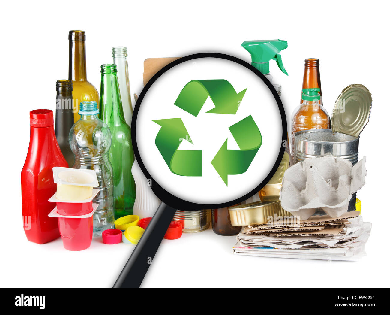 Männer auf der Suche nach einem recycling-Symbol auf Plastikmüll Stockbild