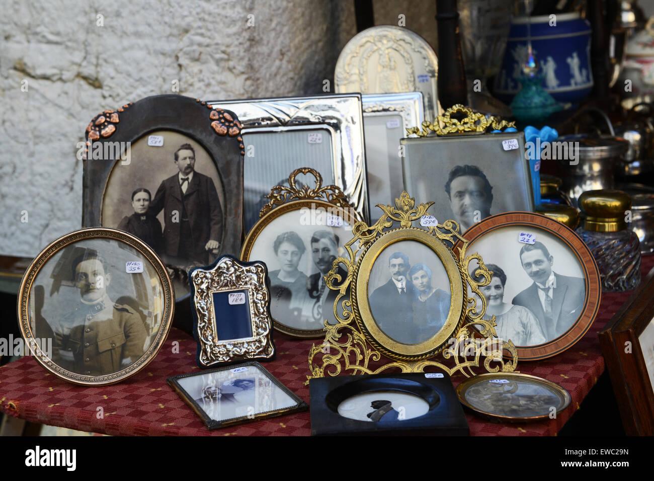 Alte Familienbilder Fotografien zum Verkauf auf Markt Stockbild