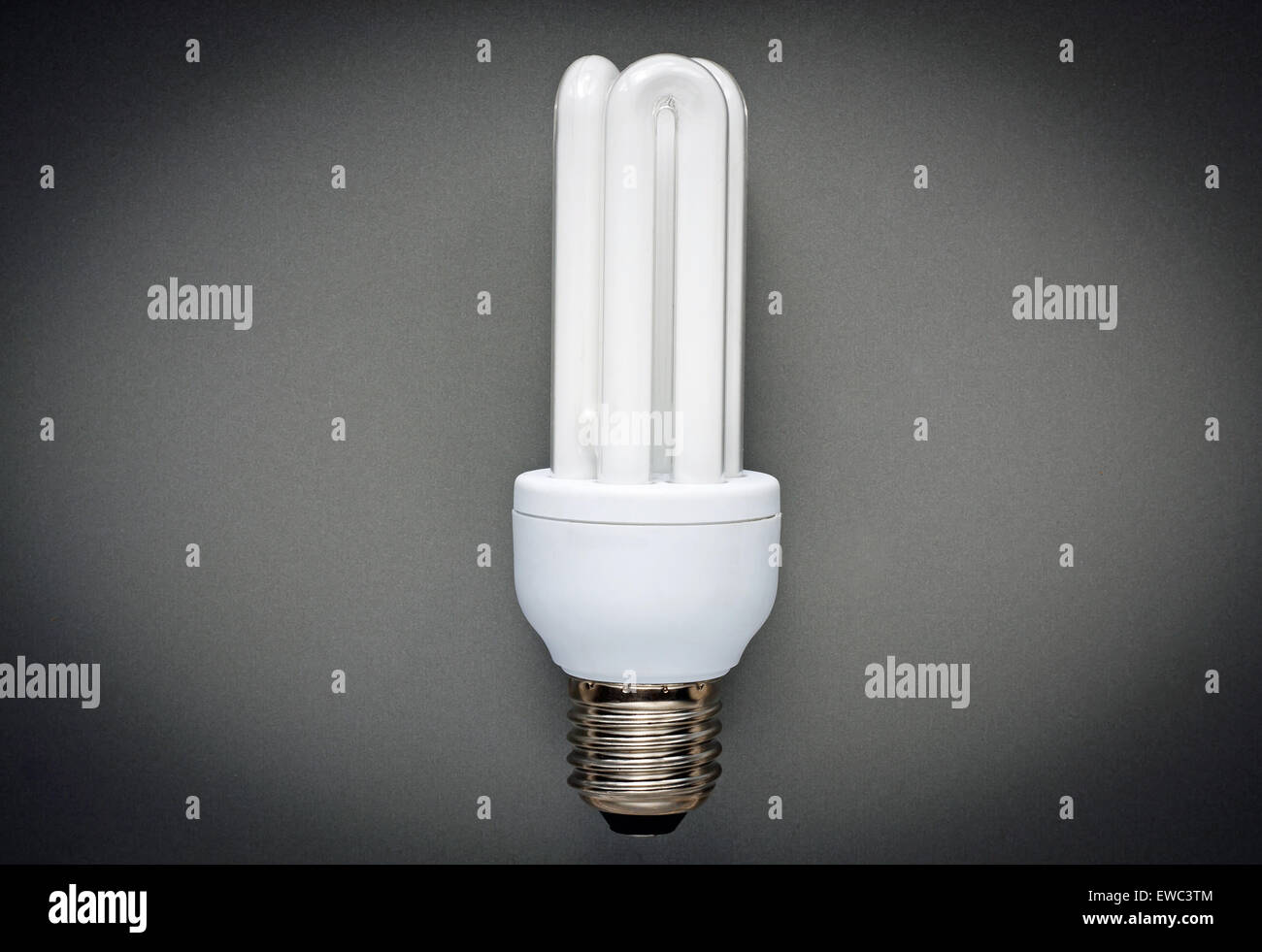 Energiesparlampe auf grauem Hintergrund Stockbild