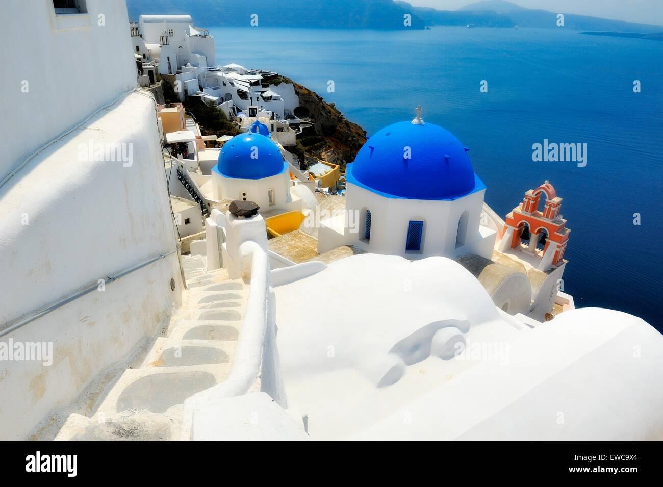 Eine legendäre blaue Kuppel-Kirche auf der Insel Santorini, Griechenland Stockbild