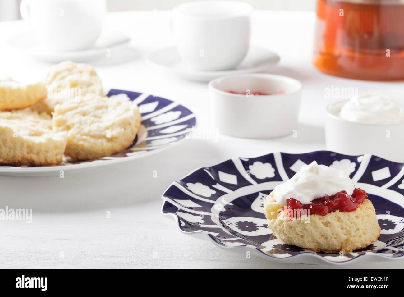 Scones mit Marmelade und Sahne Stockfoto