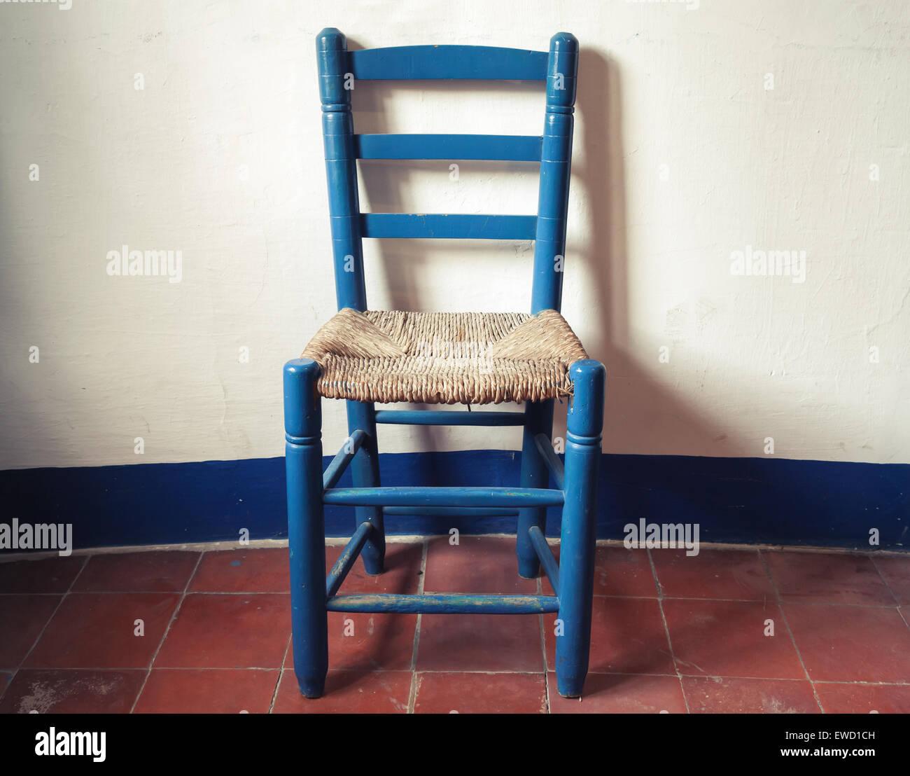 Alte Blaue Holzstuhl Mit Geflochtenen Sitz Steht In Leeren Innenraum - Fliesen vintage stil