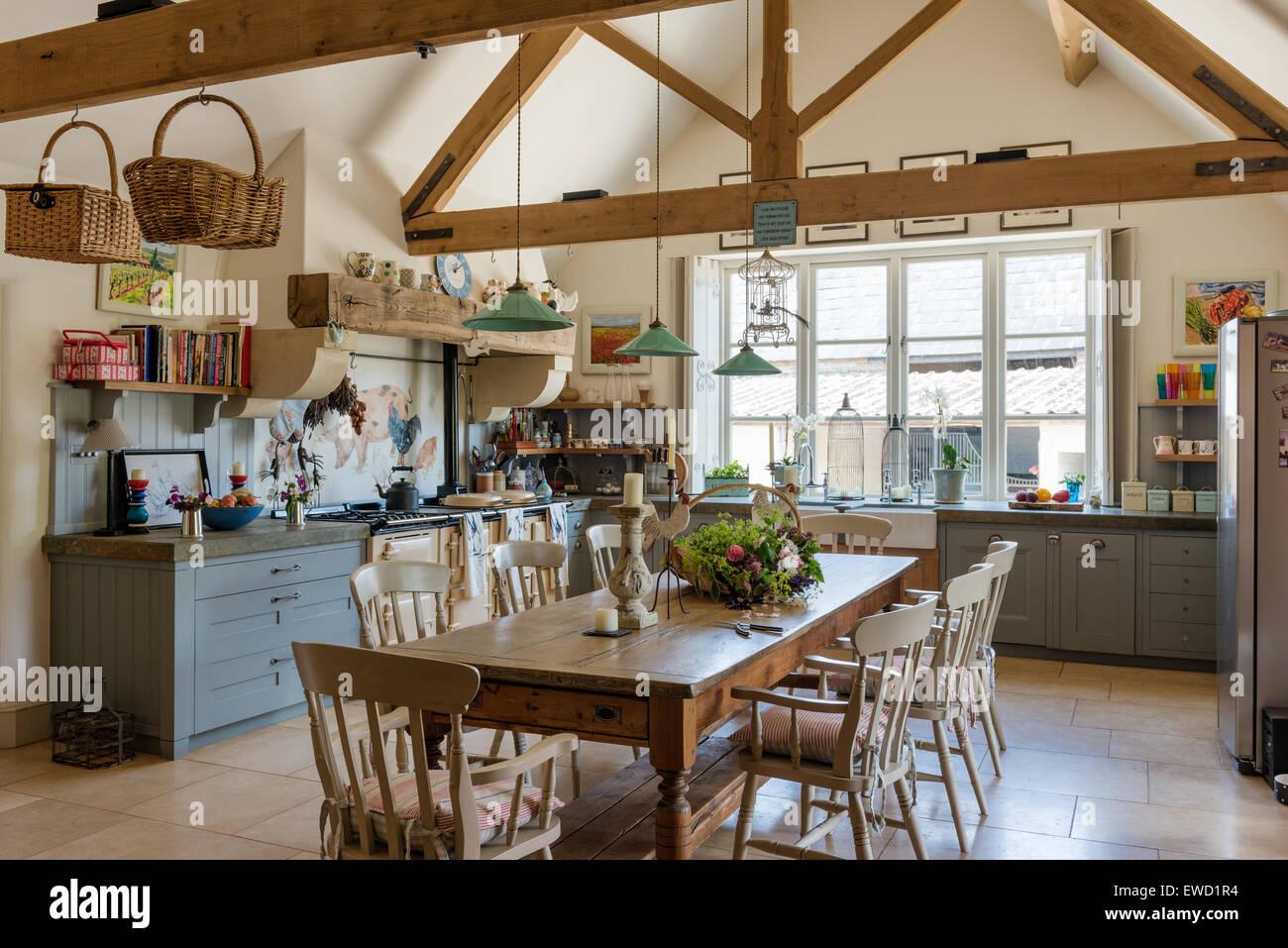 Vintage Bauernhof-Tisch im rustikalen Küche mit grünen ...