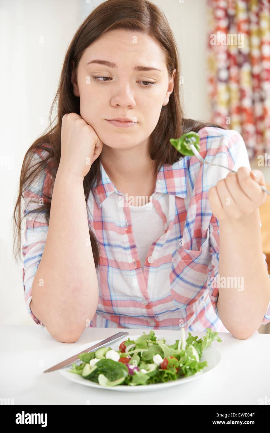 Teenager-Mädchen auf Diät essen Salatteller Stockbild