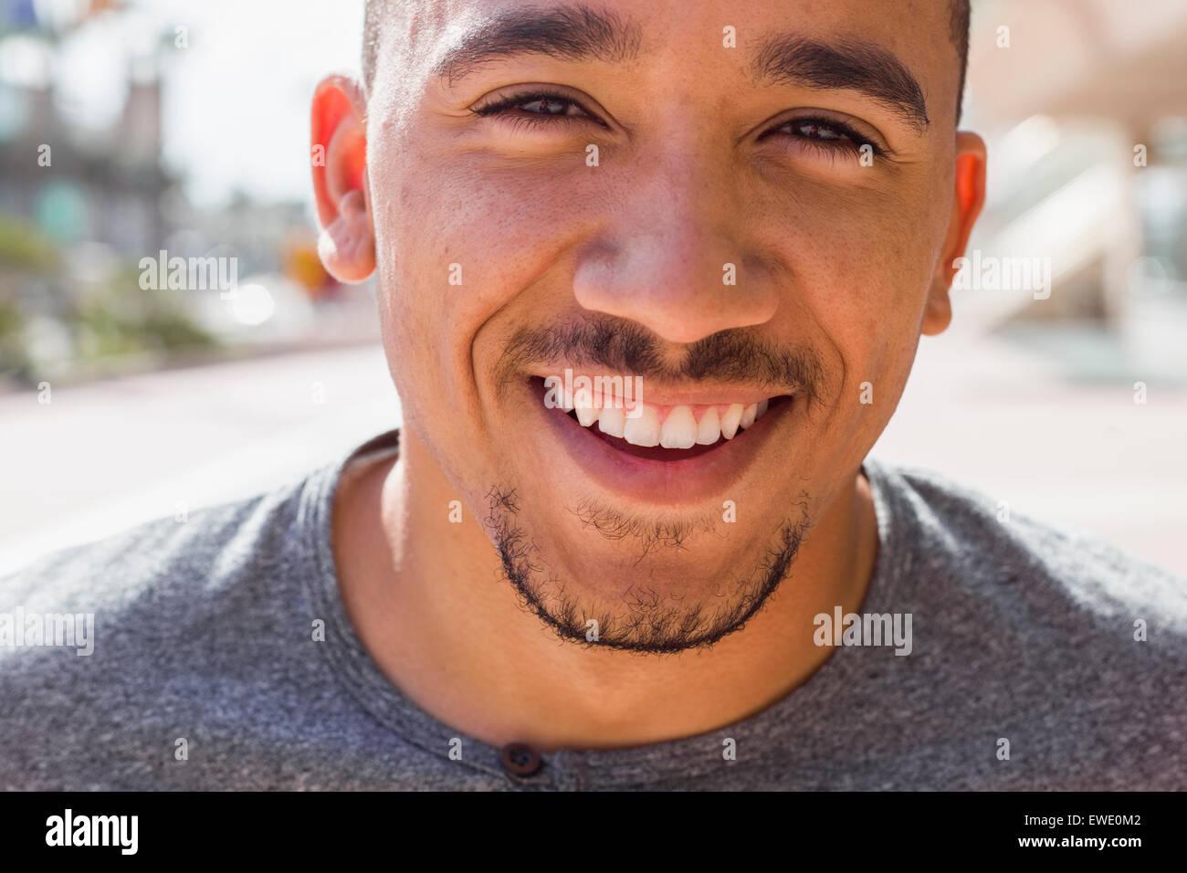 Lächelnde junge Mann Gesicht Stoppeln zuversichtlich glücklich afroamerikanische schwarz Stockbild