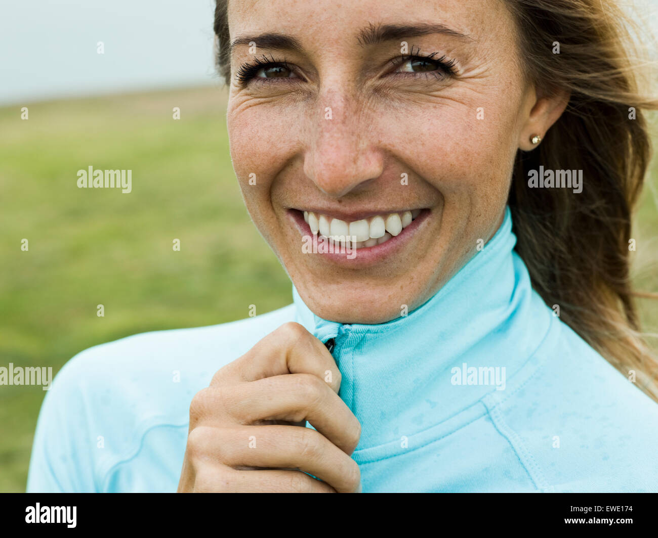 Porträt einer lächelnden jungen Frau jogger Stockbild