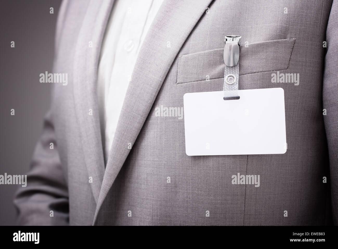 Geschäftsmann, leere Namensschild tragen Stockbild