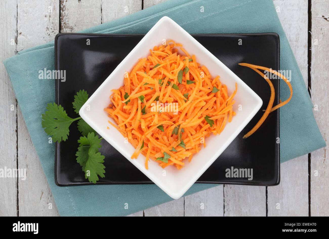 Karottensalat mit Koriander garniert Stockbild