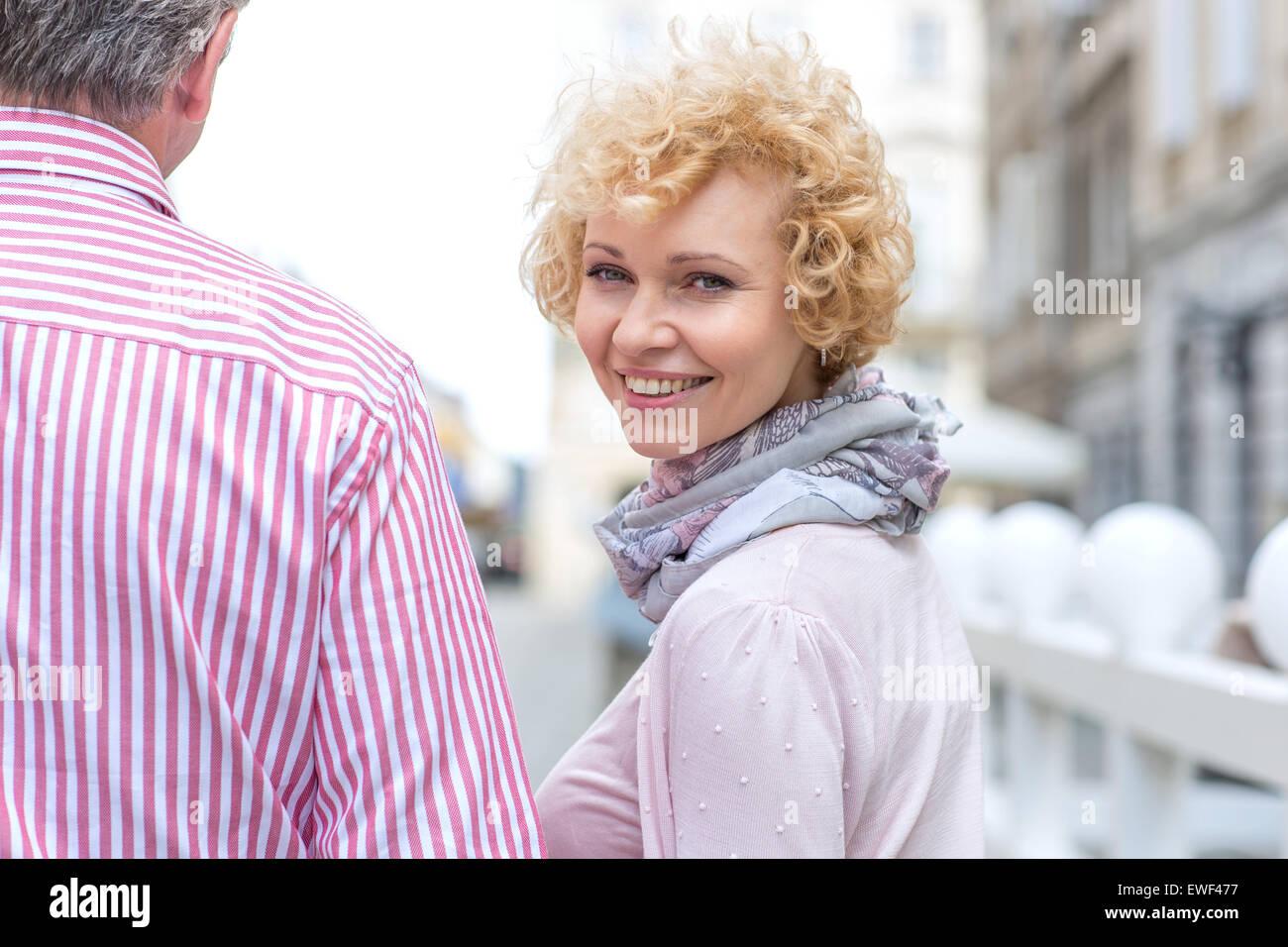 Porträt von glücklich Frau mittleren Alters mit Mann im freien Stockbild