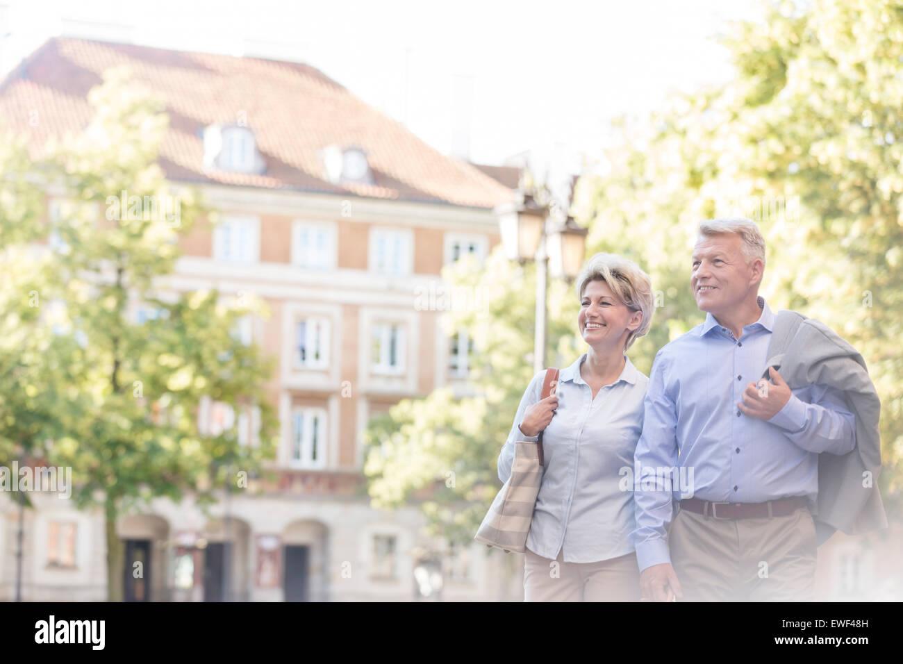 Glückliches Ehepaar mittleren Alters zu Fuß in die Stadt Stockbild
