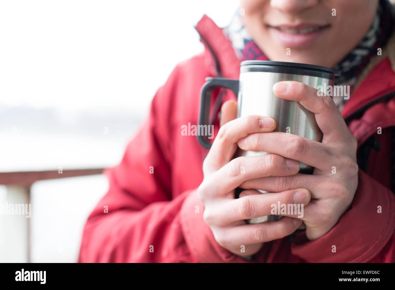 Mittelteil des Menschen halten isoliert Getränkeverpackung im winter Stockbild