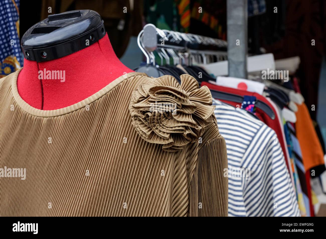 Vintage Kleider Aufhängen Auf Dem Flohmarkt In Greenwich London