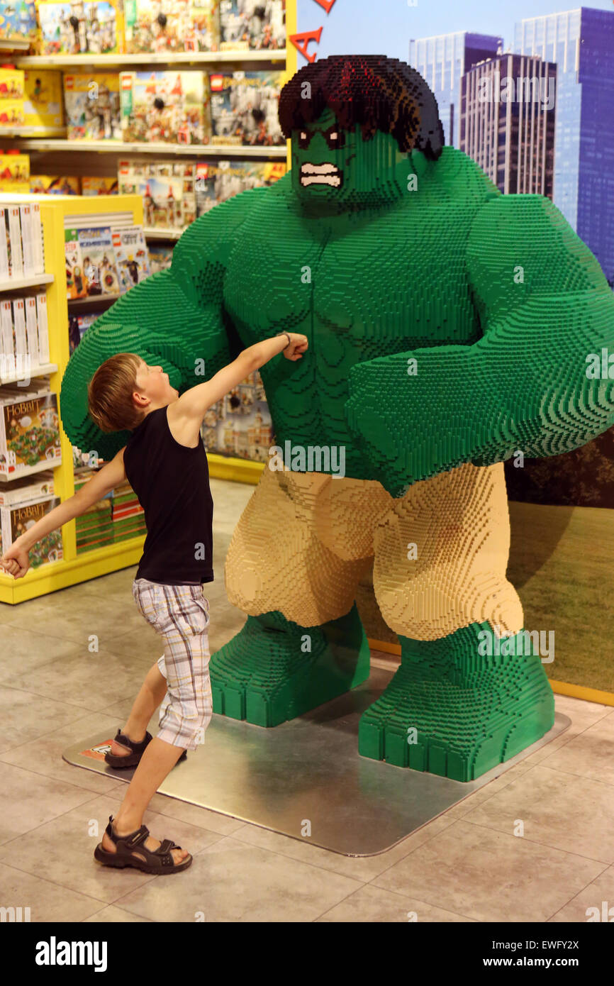 New York, USA, junge spielt mit dem eingebauten Lego Ziegelsteine Comicfigur Hulk Stockbild