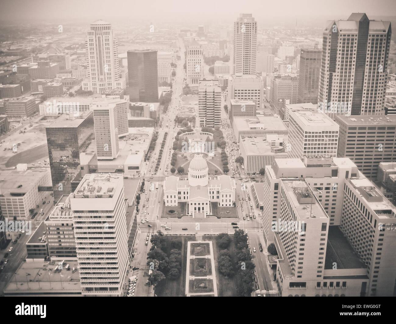 Monochrom Stadt mit Wolkenkratzern Stockfoto