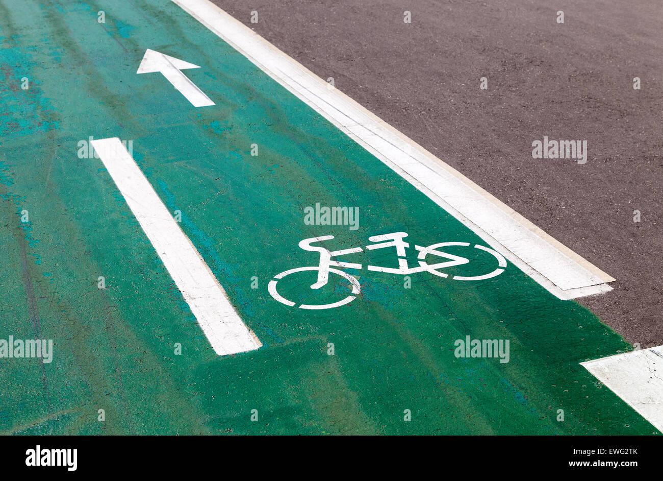 Fahrrad-Schild auf Fahrradweg Stockbild