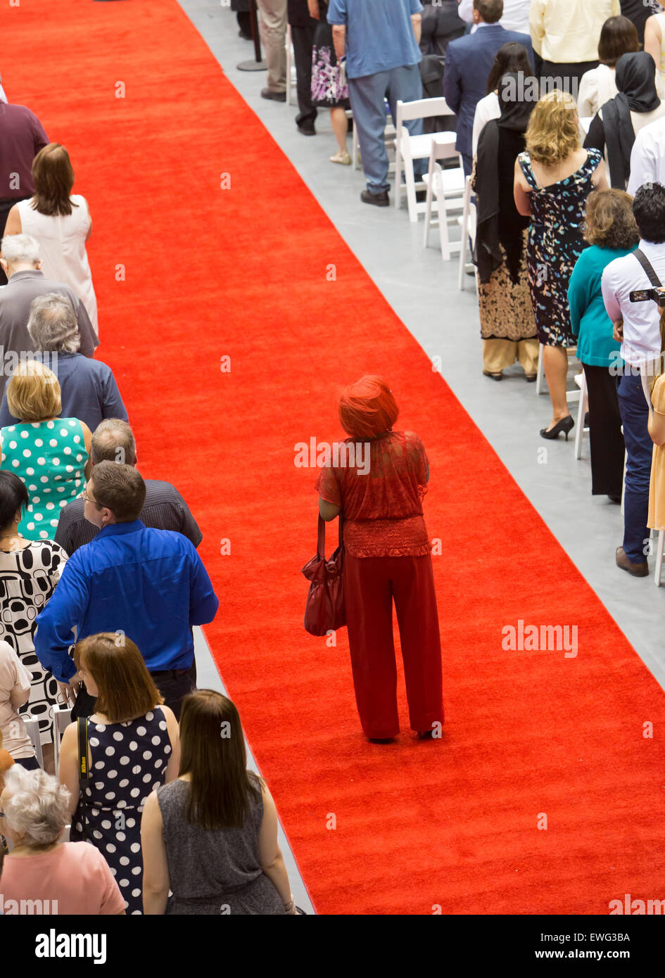 Detroit, Michigan - eine Frau steht auf dem roten Teppich an der University of Detroit Mercy School of Law Abschlussfeier. Stockbild
