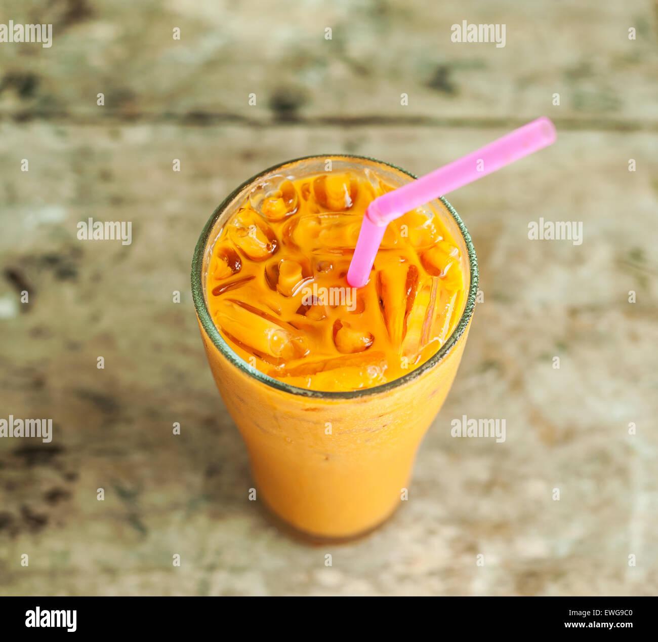 Eis-Milch-Tee, berühmte Getränk auf alten Holztisch, Grunge Hintergrund Stockbild