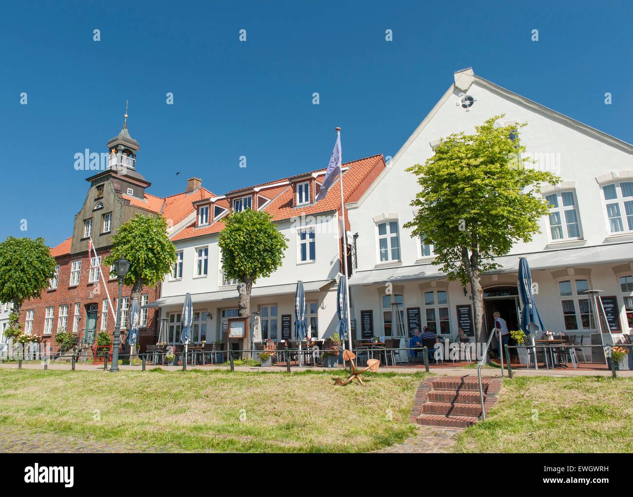 Historische Häuser schmücken die Kais von tönning, einer kleinen ...