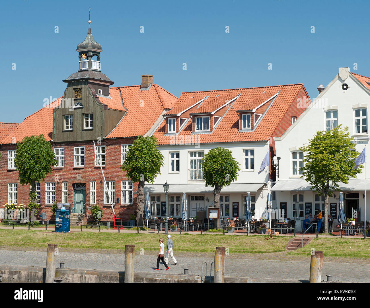 Historische Häuser schmücken den Kais von Tönning, ein kleiner Hafen ...